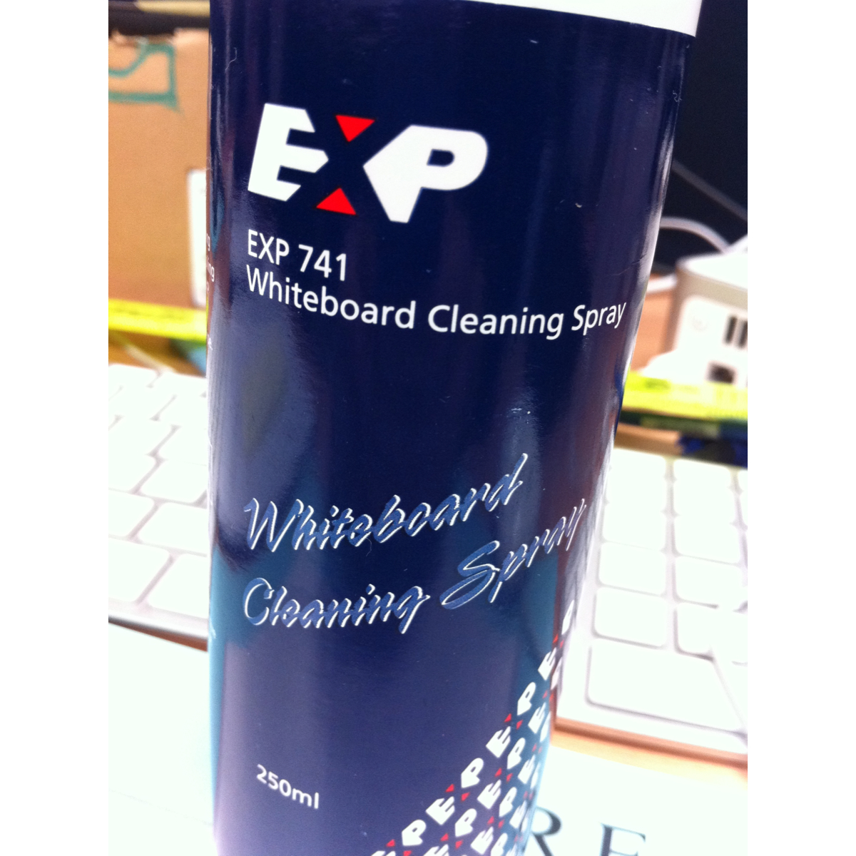 Whiteboard cleaning spray
