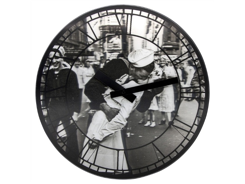 Nextime Kiss Me In New York Round Wall Clock